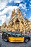 在前面Sagrada Familia,巴塞罗那,西班牙乘出租车 免版税库存照片