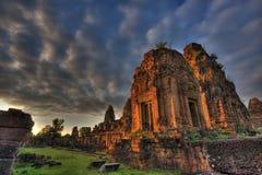 在前Rup吴哥柬埔寨的日落 免版税库存照片