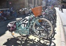 在剑桥停放的自行车 免版税图库摄影