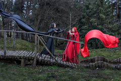 在剑的两个女孩战斗。 免版税库存照片