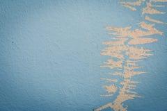 在剥与土气蓝色难看的东西材料的样式的墙壁上的油漆无缝的纹理 库存图片