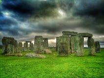 在剧烈的云彩下的巨石阵 免版税库存照片