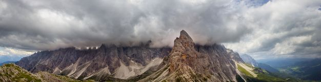在剧烈的云彩的Sextner Rotwand 库存照片