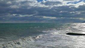 在剧烈的云彩背景的海景 股票录像