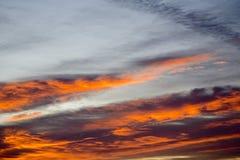 在剧烈的天空的五颜六色的云彩 免版税图库摄影
