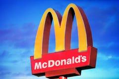 在剧烈的日落背景的McDonalds商标 Mcdonalds是世界` s最大的快餐ch 免版税图库摄影