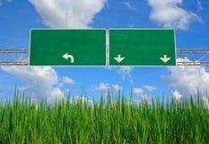 在剧烈的蓝天与云彩-准备好f的空白的绿色路标 图库摄影