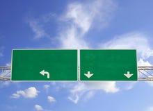 在剧烈的蓝天的空白的绿色路标与云彩 免版税库存照片