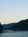 在剧痛Ung湖Mae Hong Son,泰国的日出 库存图片