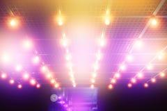 在剧院入口天花板的电灯泡 免版税库存图片