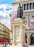 在剧院前面的伊莎贝尔II雕塑真正在马德里 免版税库存图片