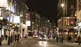 在剧院区伦敦英国的著名Shaftesbury大道 免版税库存图片