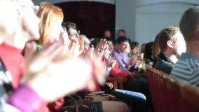 在剧院或在戏院观众席赞许perfomers的人 影视素材