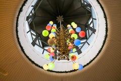 在剧院的休息室的枝形吊灯 免版税库存图片