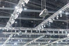 在剧院阶段照明设备的多盏聚光灯 库存照片