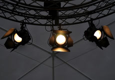在剧院阶段附近天花板的专业照明设备  免版税库存照片