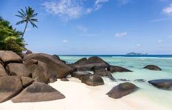 在剪影海岛,塞舌尔群岛上的天堂海滩 免版税库存图片