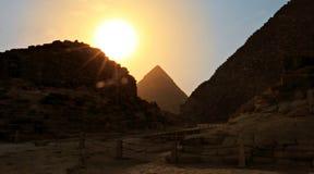 在剪影的吉萨金字塔 库存照片