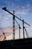 在剪影的塔吊在建造场所 免版税库存图片