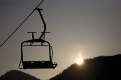 在剪影的孤立滑雪电缆车椅子 免版税库存图片