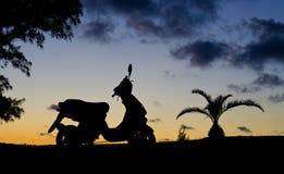 在剪影的摩托车 免版税库存图片