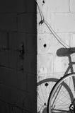 在剪影的自行车在墙壁上 免版税库存图片