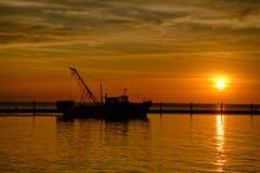 在剪影的虾小船在日出 免版税库存图片