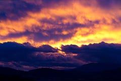 在剪影的cloudscape严重的小山 库存图片