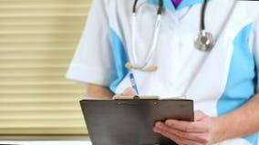 在剪贴板的男性医师医生文字rx处方他的患者的 股票视频