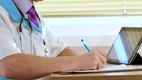 在剪贴板的男性医师医生文字rx处方他的患者的 影视素材