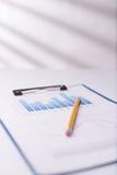 在剪贴板的企业图表 免版税库存图片