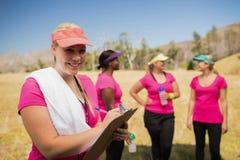 在剪贴板的女性教练员文字在新兵训练所 免版税库存图片