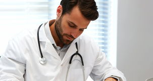 在剪贴板的男性医生文字在书桌 股票视频