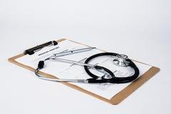在剪贴板的病历有听诊器的 免版税库存照片