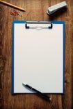 在剪贴板的空白的白皮书 免版税库存图片