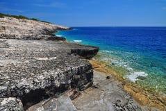 在力海岛上的深蓝海 免版税库存图片