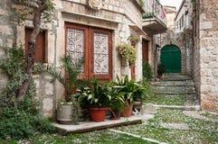 在力的老街道,与石房子和花盆 库存图片