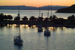 在力镇海湾的游艇日出的 图库摄影