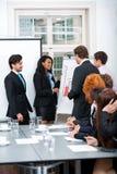 在办公室会议介绍的企业队 免版税库存图片