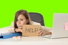 在办公室便携式计算机书桌绿色croma钥匙背景的年轻有吸引力的哀伤和绝望女实业家痛苦重音 免版税库存照片