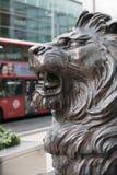 在办公室入口前面的狮子雕塑在金丝雀码头 伦敦 免版税库存图片