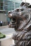 在办公室入口前面的狮子雕塑在金丝雀码头 伦敦 库存照片