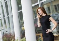 在办公室前面的少妇 免版税库存图片