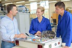 在办公室合作机械工程师与新的建筑项目一起使用 免版税库存图片
