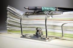 在办公室和笔的文件夹 免版税图库摄影