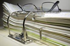 在办公室和玻璃的文件夹 免版税库存照片
