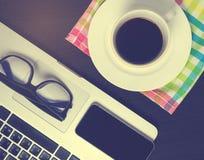 在办公室咖啡书桌上的黑巧妙的电话屏幕 免版税图库摄影