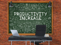 在办公室墙壁上的黑板有生产率上升概念的 免版税库存图片