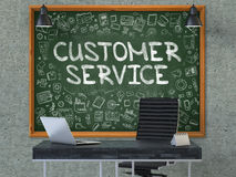 在办公室墙壁上的黑板有顾客服务概念的 3d 免版税图库摄影