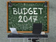 在办公室墙壁上的黑板有预算2017年概念的 3d 库存照片